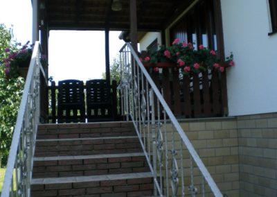 Treppe zur Haustür mit Terrasse