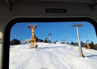 Blick aus der Gondel der Schwebebahn auf dem Weg zur Bergstation